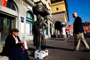 Statue of an elderly lady on the Dolac market